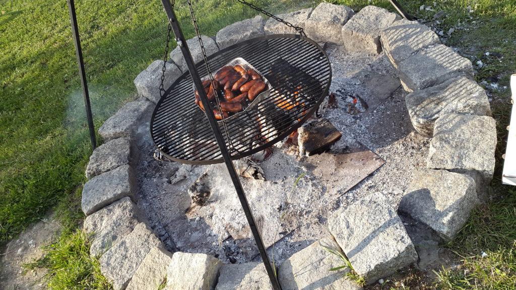 kamienny krąg i wielkie ognisko z kiełbaskami