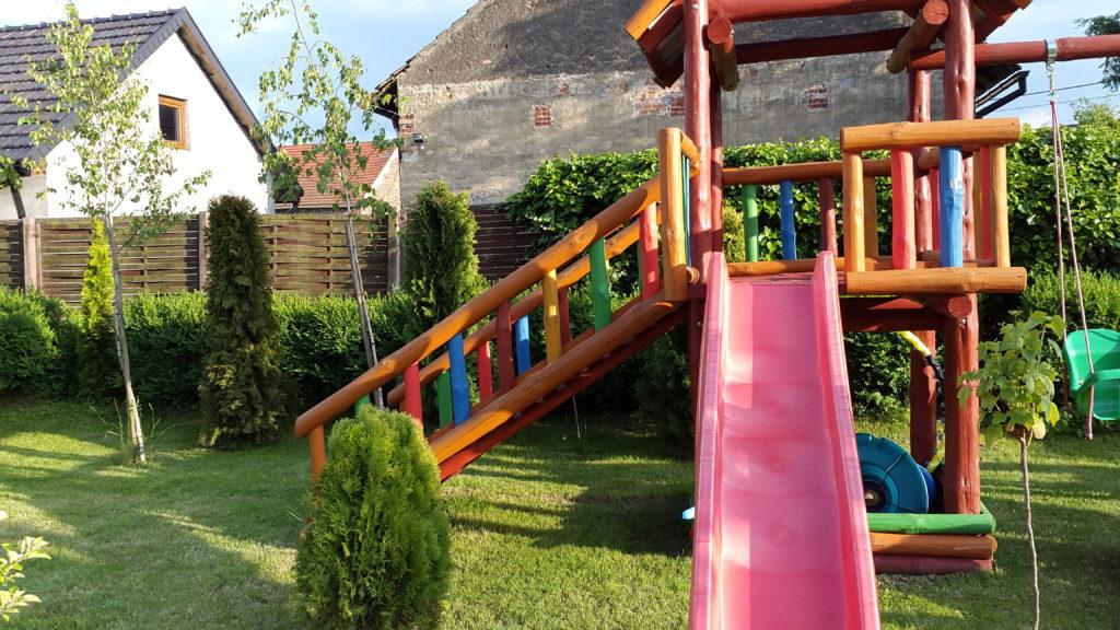 drewniany plac zabaw ze zjeżdżalnią