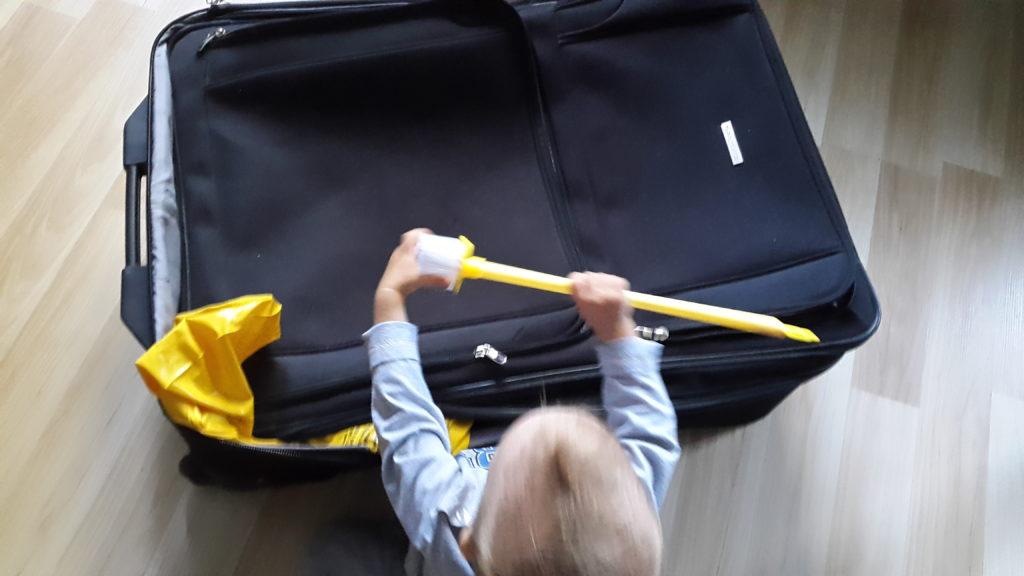 Rumplowa walizka i wakacyjny must have