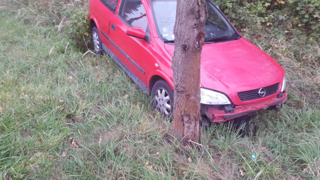 samochód po wypadku jeszcze w rowie
